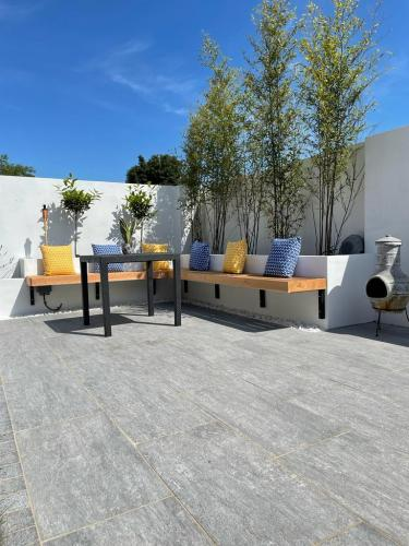 Vals-Silver-Porcelain-Installed-By-Agora-Outdoor-Solutions (1)