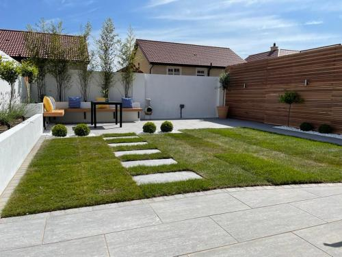 Vals-Silver-Porcelain-Project-By-Agora-Outdoor-Solutions